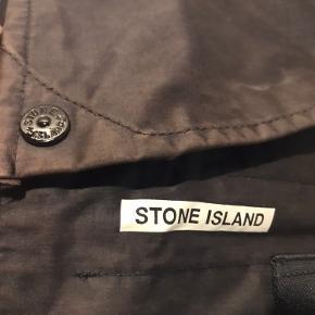 20 år gammel Stone Island 'Messenger bag' fra s/s2000 kollektionen. Købt i forbindelse med åbningen af deres flag store butik i London.  Vandtæt taske, med Stone Island knapper, et rum, Stone Island branding udenpå. Lækker vintage kvalitet i god stand.