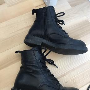 Sorte læderstøvler fra via vai. Ny pris omkring 1500. Der er en revne i læderet som er limet med superlim, derfor den lave pris.