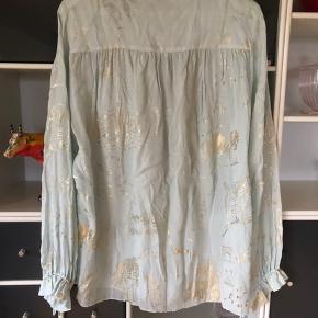 Skjorte fra Stine Goya. Aldrig brugt, i rigtig god stand. Med guld print. 900kr. Ex Porto. Stine Goya er generelt små i deres størrelser.