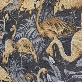 TAPET fra Tapetforum. Flot tapet i grov stofagtig struktur. Grå bund med camelfarvede flamingoer. Så flot!!!  Kan også bruges på en plade til fx tøjknager. Har forskellig rester tilbage: 268 x 100 cm 248 x 81 cm 72 x 100 cm 69 x 100 cm 61 x 100 cm  Prisen er pr. Meter Samlet pris 650 kr.  Skriv for flere billeder :)  Nypris 1598 pr rulle. ( 159,80 pr meter)
