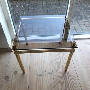 Det flotteste messingbord med røgfarvet glasplade. Flottere bord findes ikke. Bemærk det flotte messingstel. Fra 70'erne.  ALT er i tip top stand. Sælges til langt under markedsprisen pga pladsmangel.