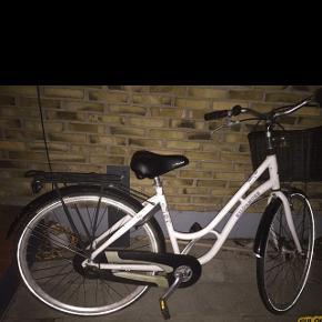 Gør-det-selv cykel :)Hvid, Kildemoes damecykel der trænger til en kærlig hånd. Dækkene er flade og jeg ved ikke om de er punkterede. Der er en ridse i sadlen - den kan sagtens bruges, men måske du vil skifte den på et tidspunkt. Gear og kæde trænger til at blive smurt. Den har magnetlygter for og bag, lås m. 1 nøgle, ringeklokke, bagagebærer og cykelkurv. MP 600kr.
