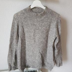 Fin og varm strik fra Neo Noir i modellen Rory O-neck i skøn uldmix.  Farven er sådan lidt meleret lys-grå med masse flotte nuancer 💫  Kan afhentes i Charlottenlund eller sendes med DAO på købers regning.