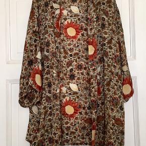 Fin kimono fraSissel edelbo i silke mix . Brugt, men uden huller, pletter, fnuller eller lign. Har nogle helt fine trådudtræk, hist og pist, men ses ikke da printet dominer visuelt. Længde: 80 cm fra nakken og ned. Søgeord: kimono bluse silke silk top jakke blomstret mønster mønstret mønster rød beige grå bæredygtig vintage