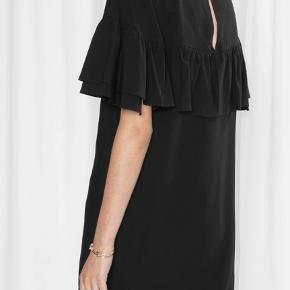 Flot kjole i 100% viscose, der holder sig flot og i samme form. Kun brugt 2-3 gange, så den er som ny. Nypris 899 kr. Kan sendes med Dao for 38 kr. eller afhentes i Århus C.