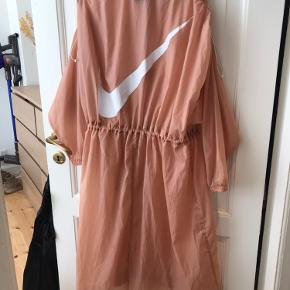 Letsvægt jakke fra Nike. Elastik i talje og skuldre. Faldskærms stof og sidder løst.