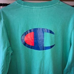 Champion Sweater  Størrelse: S men passer mere M  Cond 9/10 - ingen stains eller flaws   En fed champion trøje med lækkert print på ryggen og et fedt logo foran på brystet generelt en fed trøje med en fed farve også