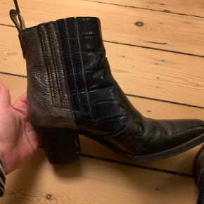 Smukke sorte cowboy-støvler fra ganni med sølv bagkant og blåt sidestykke