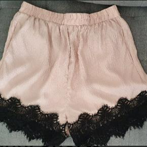 Ganni Shorts, med flotte blonder i sort.  Str M/L