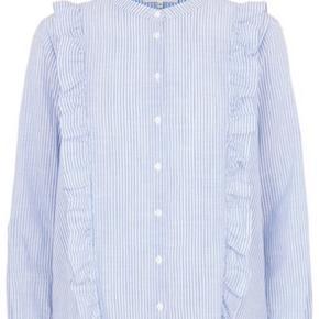 Second Female Bluse - Spectra Shirt, Shirt Blue  Smuk skjortebluse fra Second Female i blå og hvid strib. Spectra Shirt har knaplukning hele vejen ned og de fineste flæser fra hver skulder og ned. Blusen har en normal pasform og er perfekt at style til både med jeans og nederdele.  100% bomuld  Brugt 2-3 gange, er vasket og skal blot stryges. Fejler absolut intet.