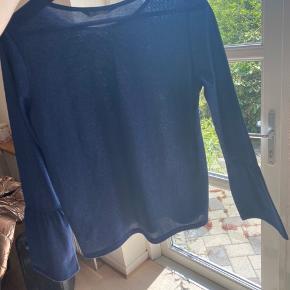 Super fin bluse med glimmer i stoffet, som passer perfekt til kommende konfirmationer og lignende begivenheder😁  ‼️Har 3 for 2 på hele min shop. Køb 3 items og få den billigste med gratis‼️