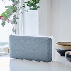 MOVEit Bluetooth højtaler er stor lyd og lækkert dansk design, som kan bruges både i hjemmet og tages med på farten. Nyd din yndlingsmusik trådløst via bluetooth fra din telefon, tablet eller computer.Helt ny, ikke engang åbnet!