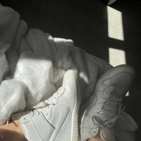 Flotte hvide krokodille skind Nike sneakers med høj hæl inden i, købt for lang tid siden men for dem aldrig brugt, derfor håber jeg at der er nogle der kan blive glad for dem istedet. De har dog æen smule misfarve under snørebåndene (se billede) BYD