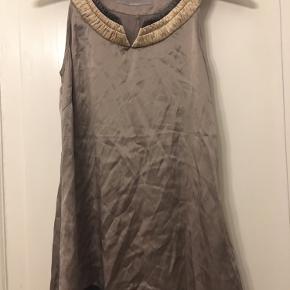 Inwear smuk lysebrun silketop str xsmall. Længde 64cm. 75kr Kan hentes kbh v eller sendes for 40kr dao