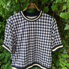 Lækker tung t-shirt bluse med houndstooth mønster. Prøvet to gange men aldrig brugt eller vasket.