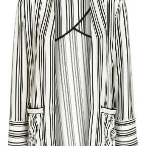 I butikkerne nu: Model Selma i sort/hvid. Ubrugt, med labels. Med skøn lille skulderpude og kan bindes foran. Str 40. Nypris: 1999. MP 900. Se min annonce med tilhørende bukser.