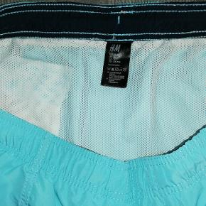 Flotte nye badeshorts fra H&M i str XL. Badebukserne har netinderbuks.