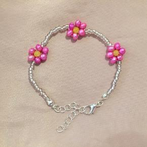 Med blomster af lyserøde ferskvandsperler ❤️  Kan også sendes med postnord for 10 kr.  Tager ikke flere billeder ❤️ Tjek også mine mange andre håndlavede smykker på min profil 🥰