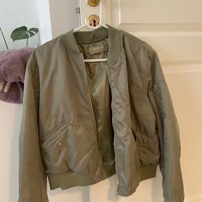 Sælger denne bomber jakke. Rigtig behageligt stof og fungerer fint som en overgangsjakke / sommerjakke. Sælges billigt