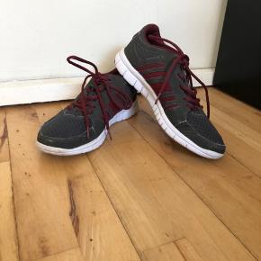 Disse sko er blevet brugt et pr måneder, jeg købte dem for ca 300 kr.  De  fejler ingenting.