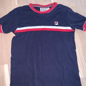 Sælger denne Fila t-shirt da jeg aldrig får den brugt. Str. S. Skriv for flere billeder eller spørgsmål☀️
