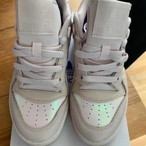 Adidas sneaks, brugt 1 gang ude og 1 gang inde! Må erkende at jeg bare er en Nike pige.   Str er 36 2/3 ! Men fitter 36-37 perfekt.    🌸🌸🌸🌸 Original æske have.   Np var 799, sælges til 400 ved afhentning (Aalborg).   Kan også sendes imod betaling på ca 40-45 kr