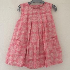 Wheat - body kjoleStr. 12 måneder (80) Næsten som ny Farve: lyserød Køber betaler Porto!  >ER ÅBEN FOR BUD<  •Se også mine andre annoncer•  BYTTER IKKE!