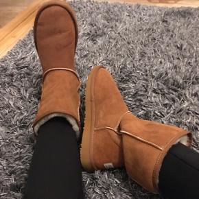 Replica. Ligner UGG'S bamsestøvler. Rigtig lækker kvalitet og blødt for indeni. Holder på varmen 🌸 Sælges da jeg også har dem i en anden farve.