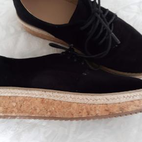 Helt vildt trendy plateau sko - plateau sål måler knap 4 cm -.Skoen er af sort velour med printet mønster ( sort i sort ), se billeder. Sålen er i top moderne kork.Skoen fremstår som ny, er kun brugt en enkelt gang.