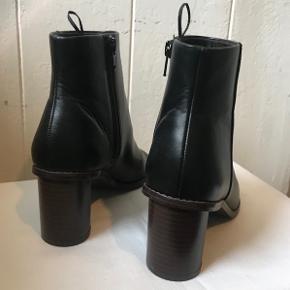 Smukke sandaler i støvle-look.