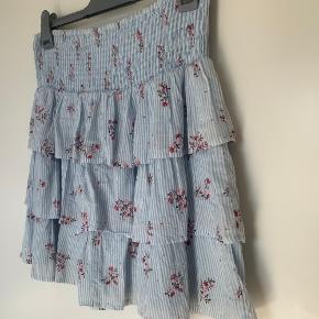 Nederdel fra Vero Moda str. L.  Brugt få gange.  Med inderstof, så den ikke er gennemsigtig.  Fra røg- og dyrefrit hjem✨