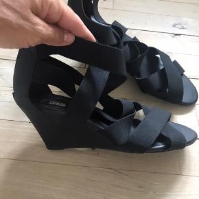 Fine sandaler med høj kilehæl.  Se også mine mange andre annoncer.
