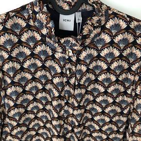 Fin kjole fra Ichi med bindebånd i taljen og guldknapper. Der er for i kjolen dog ikke i ærmer. Virkelig mange fine detaljer.  Aldrig brugt og stadig med mærke.
