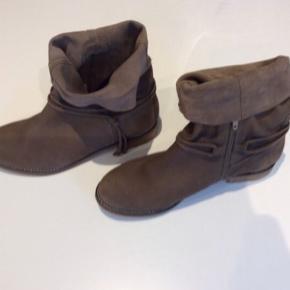 Lækre super bløde ruskinds støvler  Med god sål, aldrig brugt  Nypris 1850 kr Str er 38, men de er lidt store i str.