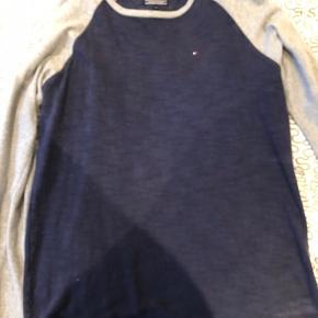 Sælger denne Tommy H bluse, somer str 176, men den passer en mand i str L  Den har en np på 600 men hvis du er hurtig kan du få den for 100