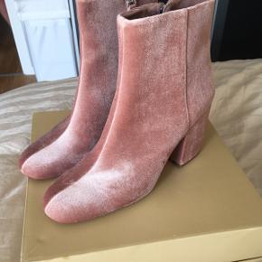 Pink velour støvle fra Bershka i Spanien.Aldrig brugte.