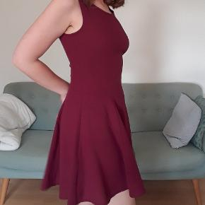 Virkelig skøn kjole, har ikke været brugt længe, men har stadig massere liv i sig! 🌼 Stoffet former sig efter taljen, og falder flot over hofterne. Har lynlås i ryggen.