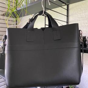 Super lækker læder skulder taske  Fra Zign  Stofposen i tasken kan tages ud -  Mål - 40 x 30 x 12 cm  Aldrig brugt  Mp 500 pp