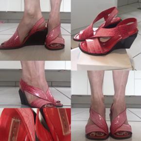 Smukke nye Marc Jacobs sandaler. Har været udstillingsmodel, og derfor kan de have små brugsspor alligevel. Str. 37. Købt fra britisk side og desværre lidt små til mig da jeg er 37,5. Mp Pris 350 pp.