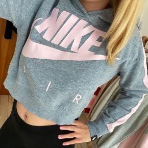 Lyserød & grå Nike crop hoodie