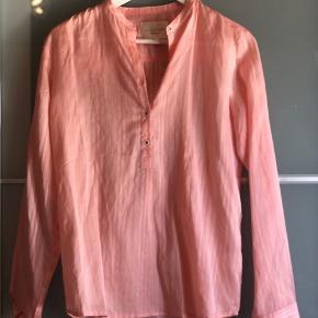 Super fin skjorte/bluse fra Lollys Laundry 💗 Køber betaler fragt  Byd gerne - vi kan også aftale mængderabat, hvis der købes flere stykker tøj på min side ☺️