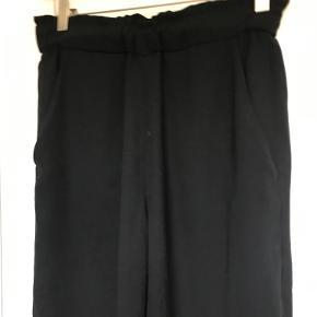 Løse bukser fra H&M.  Kan afhentes i København K eller sendes gennem handel på Trendsales 🌸  Se også mine andre annoncer  🌸