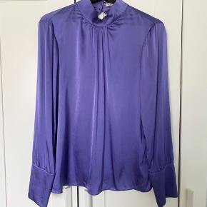 Jeg sælger min smukke Levete Room Dakota silke bluse, da jeg kun havde brug for den under jule tid :) den er brugt én enkelt gang, og vasket i koldt vand med silke vaskemiddel, så den fremstår fuldstændig som ny. Blusen er lavet af 92% silke og 8% elastine. Jeg sælger den for 400,-. :)    #30dayssellout