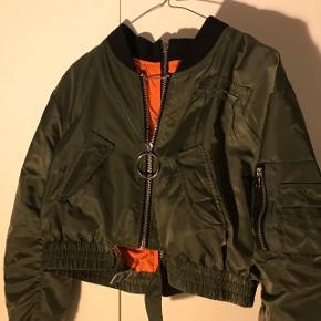 1dd771a3 ZARA Cropped bomber jakke Kan også åbnes bagved Størrelse S Prisen er ...