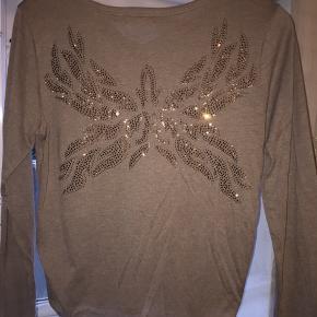Buch trøje, med glimmer sten print på ryggen