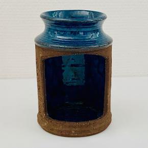 Fineste keramiklygte fra Nysted Keramik. Lygten kan både stå og hænge. Stemplet: Nysted Keramik Højde: 14 cm Diameter: 9,7 cm