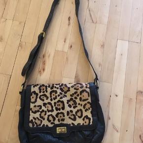 Taske  Leopard   Np:499kr 30 x 27 cm. Mp100  Sender via Dao 34kr