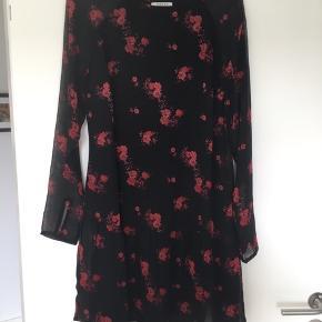Rigtig fin kjole, sort med røde blomster. Gennemsigtige ærmer.  Brugt meget få gange.