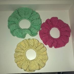 Hæklet scrunchie - kan laves på bestilling i ønsket farve     Søgeord Hårkpynt hårelastik suiava spænde