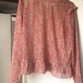 Sælger denne neo noir bluse. Brugt få gange.